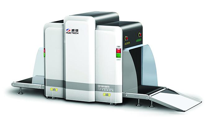 威视CXl00100TI型X射线检查系统是同方威视技术股份有限公司研发制造的新一代多能量型X射线检查设备。设备通道宽度为1010毫米,高度为1005毫米,特别适用于托运行李、包裹以及货物的安全检查和海关查验,可广泛应用于机场、车站、海关、港口、仓库等场所。产品设计结合行业特点,融合先进的工业设计理念,整体外观更加简约美观。 CX100100TI采用世界上顶尖的技术,具有先进的物质识别功能,能够根据被检物的有效原子序数,分辨出有机物、无机物和混合物(或轻金属),并在图像上赋予不同的颜色,有助于操作人员对图